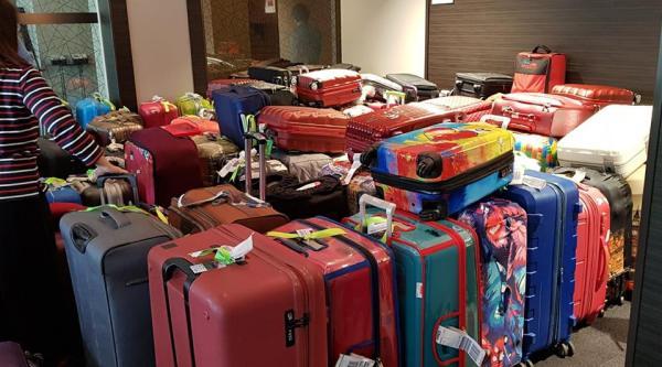 tumpukan koper di hotel