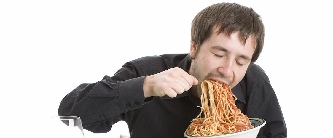 orang makan pasta